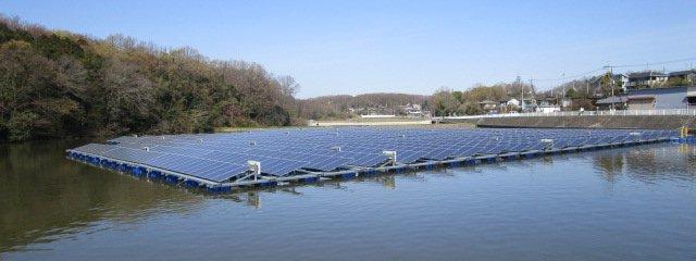 池に浮かぶ太陽光パネル