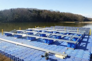 池の上でパネルを固定する架台設置