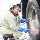 ミキサー車を洗うドライバー