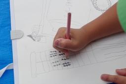 サイロを描いている児童